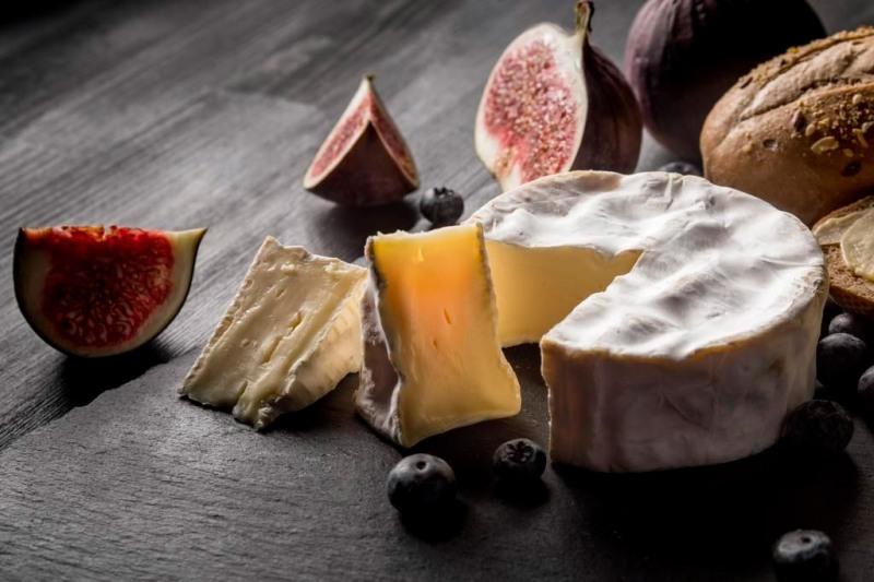 Сыр камамбер и инжир