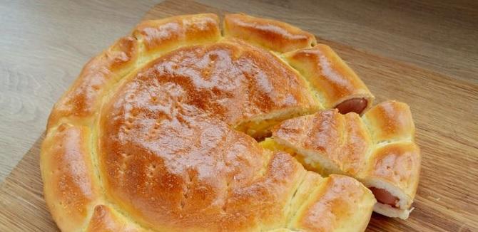 пирог с колбасками и сыром