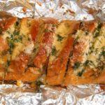 Закусочный батон с чесноком и сыром