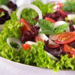 Испанский салат с сыром и ветчиной