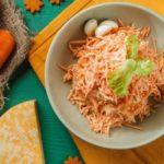 Салат из моркови и сыра с орешками и чесноком