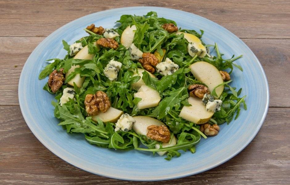 Салат из рукколы, груши и сыра