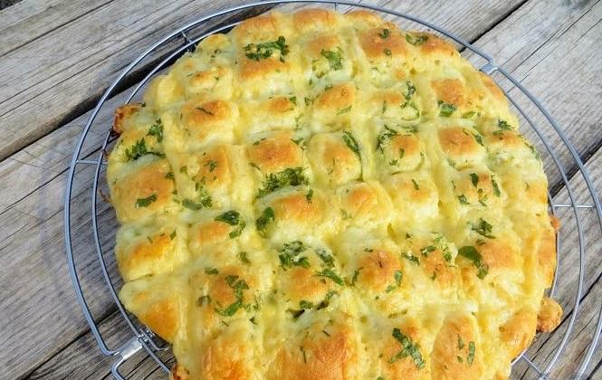сырная лепешка с чесноком и зеленью